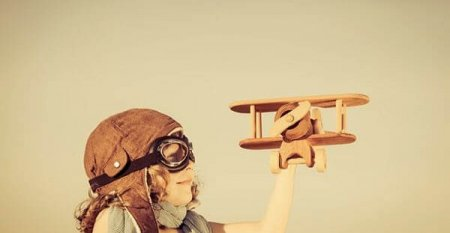 aa17e_webdesign_photodune-4789546-happy-kid-playing-with-toy-airplane-s